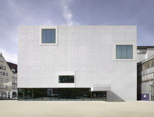 Współczesna architektura betonowa. Kwiaty na elewacji Muzeum Vorarlberg w Austrii