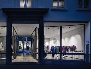 Wnętrze butiku Issey Miyake w Antwerpii